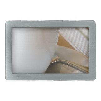 Copo pequeno do café em uns pires com açúcar