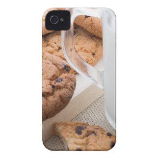 Copo transparente com os biscoitos do leite e de capa para iPhone