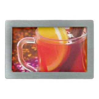 Copo transparente do chá com citrino e canela