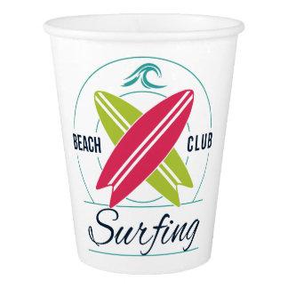 Copos de papel surfando do clube da praia