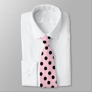 Cor cor-de-rosa com o laço preto dos pontos gravata