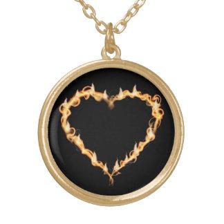 Coração ardente de gráficos escuros do amor do pre colar banhado a ouro