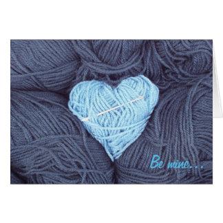 Coração bonito de lãs com o cartão da agulha da