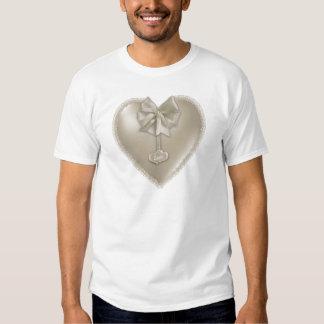 Coração branco do cetim com amor camisetas