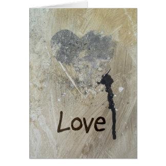 Coração cinzento pintado com o cartão do greetng