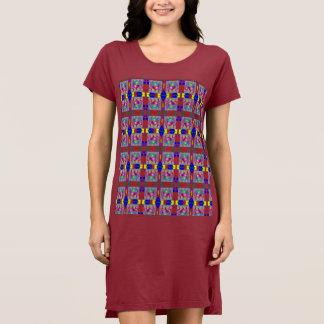 Coração colorido no vestido quadrado da camisa de