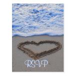 Coração de RSVP na areia na praia Cartões Postais