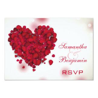 Coração do amor das pétalas de rosa vermelha que convite 8.89 x 12.7cm