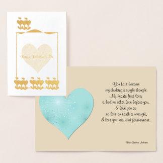 """Coração do ouro do """"feliz dia dos namorados"""" no cartão metalizado"""