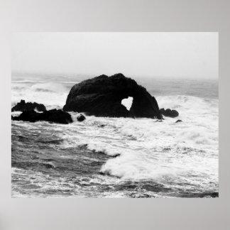 Coração em rochas no oceano pôster