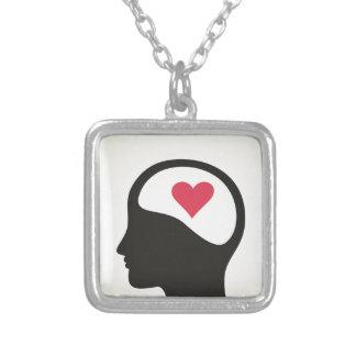 Coração em uma cabeça colar banhado a prata