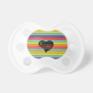 Coração preto no fundo funky dos azulejos chupeta para bebê