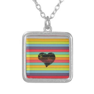 Coração preto no fundo funky dos azulejos colar com pendente quadrado