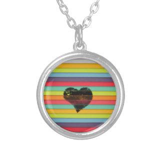 Coração preto no fundo funky dos azulejos colar com pendente redondo