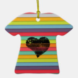 Coração preto no fundo funky dos azulejos ornamento de cerâmica camiseta