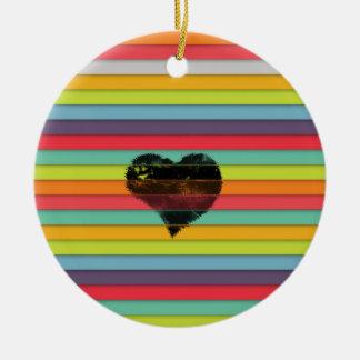 Coração preto no fundo funky dos azulejos ornamento de cerâmica redondo