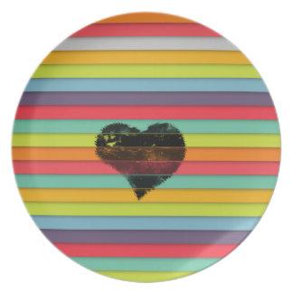 Coração preto no fundo funky dos azulejos pratos