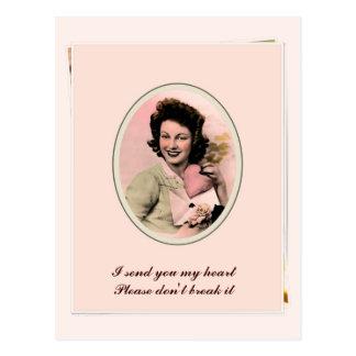 Coração retro da dona de casa da mulher do anos 50 cartão postal