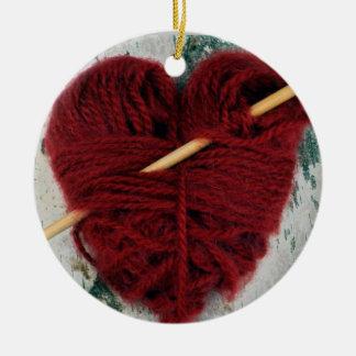 Coração vermelho de lãs no ornamento da fotografia