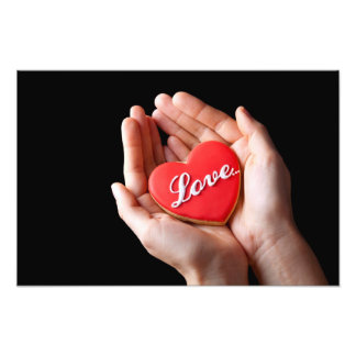 Coração vermelho do biscoito com a palavra do amor fotografia