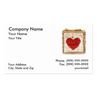 Coração vermelho em uma caixa de presente dourada cartão de visita
