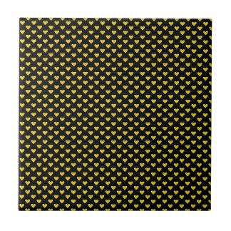 Corações amarelos no preto azulejos de cerâmica