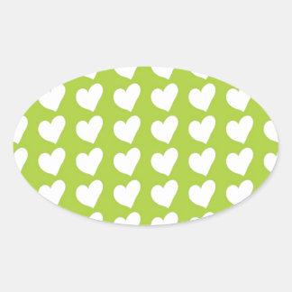 Corações brancos do amor no verde limão adesivo oval