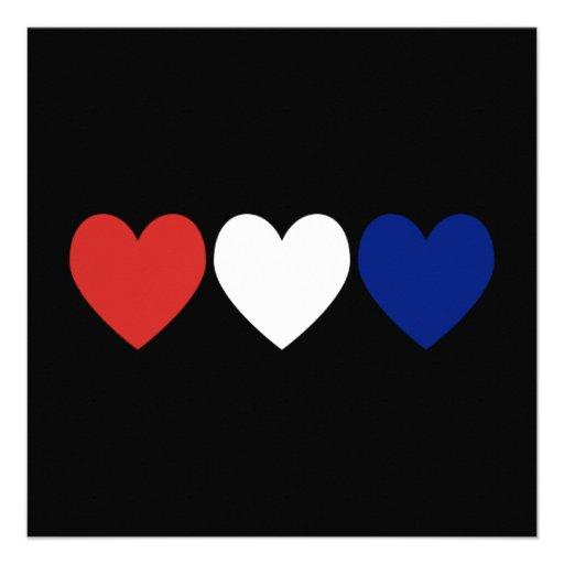Corações brancos e azuis vermelhos convite