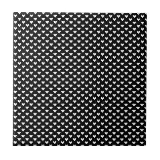 Corações brancos no preto azulejos