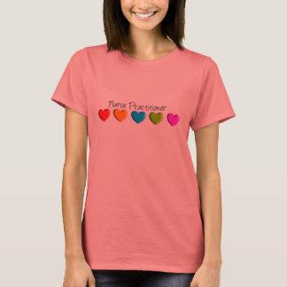 Corações coloridos do médico da enfermeira camiseta
