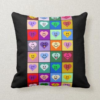 Corações coloridos do smiley travesseiro de decoração