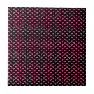 Corações cor-de-rosa no preto azulejos de cerâmica