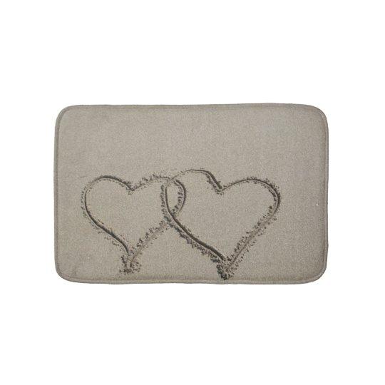 Corações da areia da praia tapete de banheiro