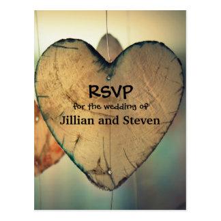 Corações de madeira rústicos - cartão de RSVP Cartão Postal