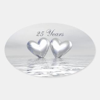 Corações de prata do aniversário adesivo oval