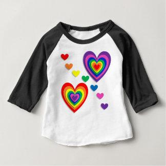 Corações do arco-íris camiseta para bebê