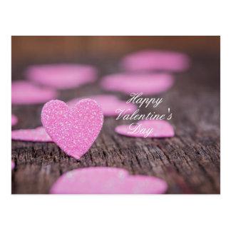 Corações do feliz dia dos namorados na madeira do cartão postal