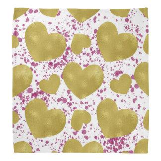Corações do ouro com o lenço cor-de-rosa do lenço
