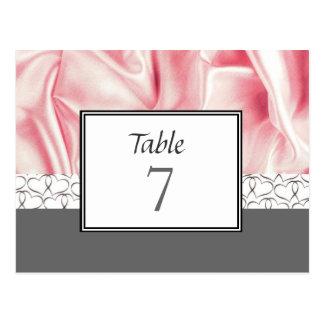 Corações e cartão cinzentos do número da mesa do