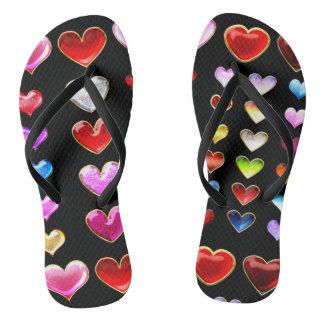Corações em chinelos da base do preto do fogo