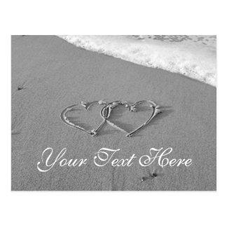 Corações entrelaçados na cena romântica da praia cartão postal