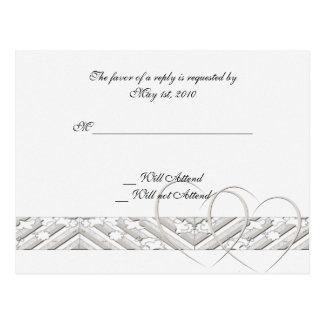 Corações entrelaçados no cartão de prata branco da