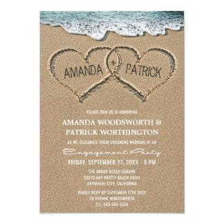 Corações nos convites da festa de noivado da areia