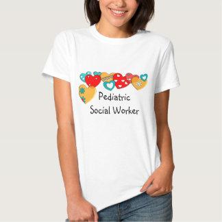 Corações pediatras do t-shirt do assistente social