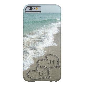 Corações personalizados da areia na praia capa barely there para iPhone 6