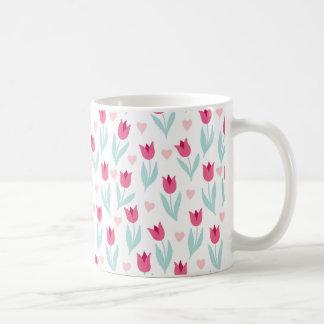 Corações rosas vermelha das flores das tulipas do caneca de café