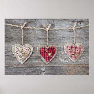 Corações sobre uma mesa de madeira pôster