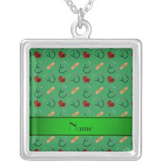 Corações verdes conhecidos personalizados da colar com pendente quadrado