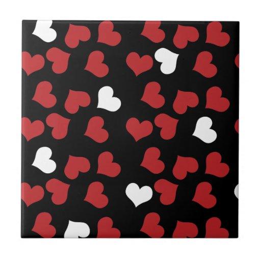 corações vermelhos e brancos no preto azulejo