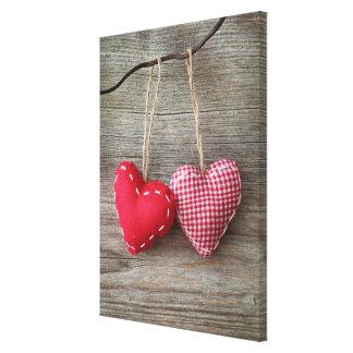 Corações vermelhos na mesa de madeira 2